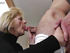 Nadržaná zrelá mamička a manželka kurva jej hračka chlapec