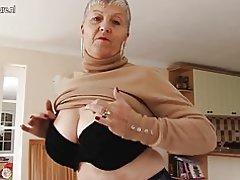 Naughty Veľká breasted britskej babička hrá sama so sebou