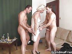 Trojica kurva s horúcou babička